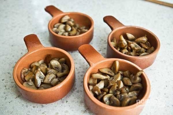 4. Разложите грибочки по небольшим жаропрочным формочкам.