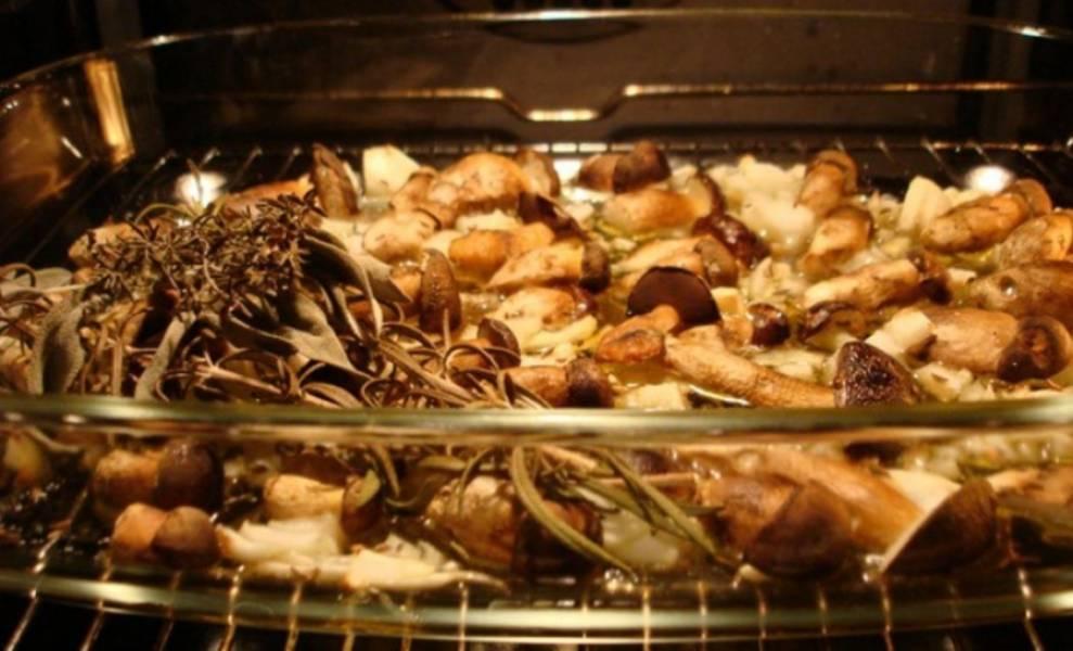3. В форму для выпечки добавьте оливкового масла, лук, грибы. Посыпьте тмином, солью и перцем. Можно добавить какие либо ароматные травы для запаха. Поставьте в духовку, нагретую до 200 градусов на 20 минут.