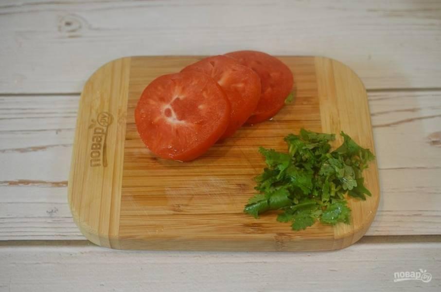 17. Оставшиеся помидоры нарежьте кружками, кинзу порубите.