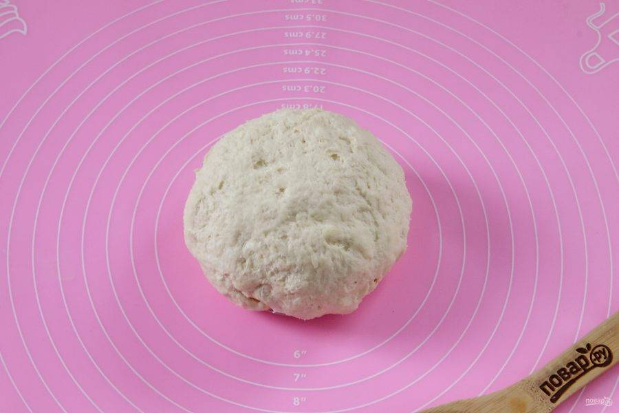 Замесите тесто. Если необходимо, то добавьте еще немного муки. Тесто не должно липнуть к рукам, но должно оставаться мягким и пластичным. Соберите его в шар, заверните в пищевую пленку и уберите в холодильник на 1 час.