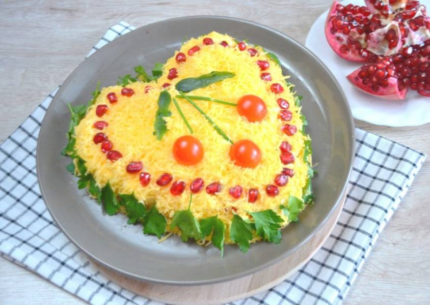 """Посыпьте салат тертым сыром. Украсьте зернами граната, зеленью. Сделайте """"вишенки"""" из помидорчиков черри и стебельков укропа или петрушки. Салат получился красивым и очень вкусным. Такой салат не стыдно подать на праздничный стол."""
