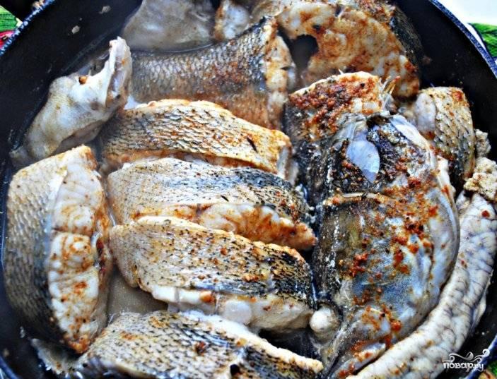 Промытые кусочки рыбы выложите в тарелку и залейте маринадом, вотрите его в рыбу руками, оставьте минимум на 30 минут. Затем в маленькую кастрюльку положите рыбу, залейте её водой так, чтобы в воде оказалась лишь половина рыбы. Накройте кастрюлю, варите рыбу 20 минут.