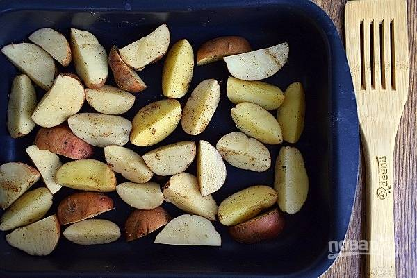 Добавьте к картофелю морскую соль (1/2 ч. л.), перец (1/4 ч. л.), перемешайте, выложите в форму для запекания картофель.