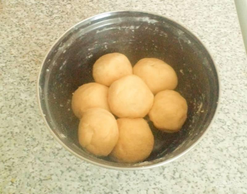 Разделите тесто на семь одинаковых частей и положите их в холодильник на полчаса, чтобы тесто охладилось.