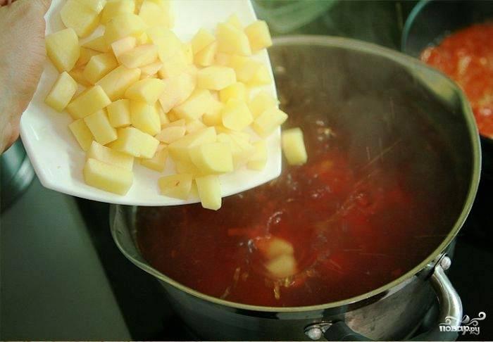 Вслед за этим добавляем в кастрюлю картофель.