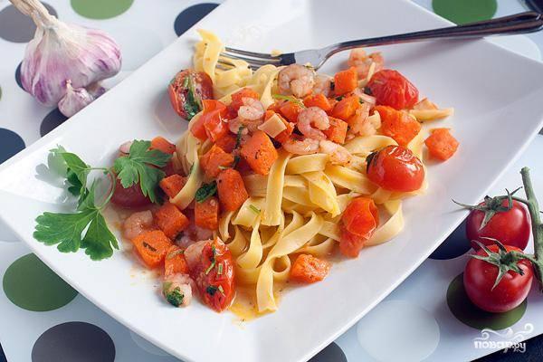 Выкладываем на порционные тарелки сварившуюся пасту, сверху - наш тыквенный соус, и подаем пасту к столу!