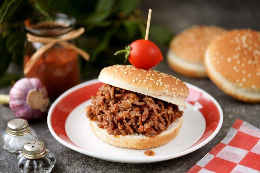 """Вкуснейший бургер """"Слоппи Джо"""" подавайте сразу же после приготовления. Приятного аппетита!"""