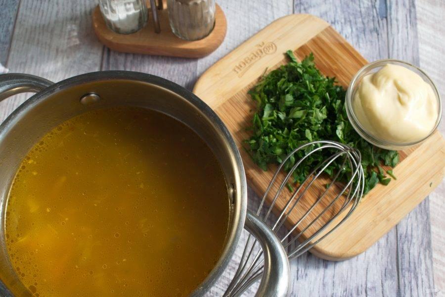 Добавьте плавленый сыр, тщательно перемешайте до однородности. Добавьте рубленную петрушку. Посолите и поперчите по вкусу.