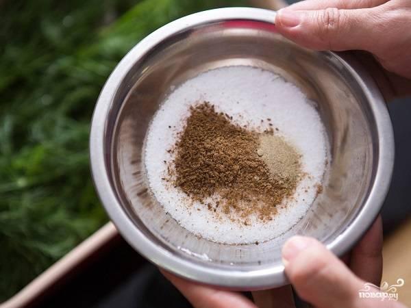 2. В небольшой мисочке тем временем смешайте соль, сахар и специи. Используйте в этом простом рецепте засола красной рыбы любые ароматные травы и специи.