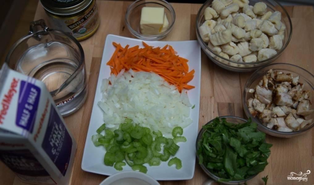 Нарежьте куриную грудку на маленькие кусочки, подготовьте галушки, нарвите кусочками шпинат. Мелко нарежьте лук, сельдерей и морковь.