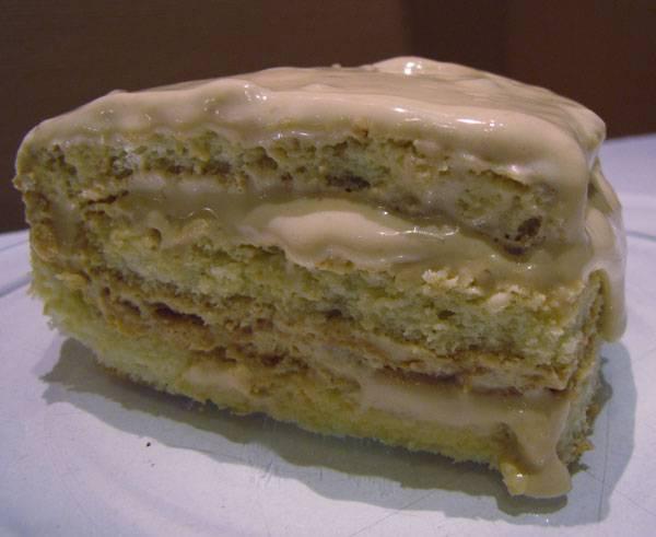 Готовым кремом смазываем коржи для торта, отправляем в холодильник на несколько часов для застывания. Приятного аппетита!