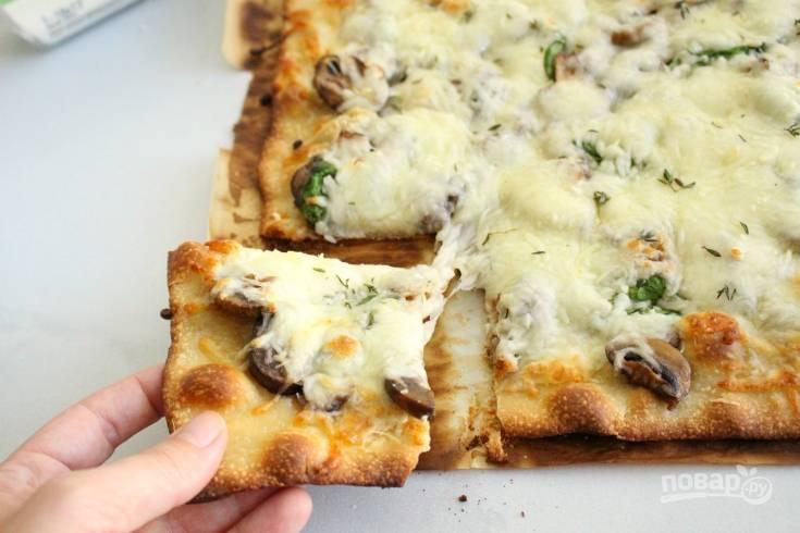 6. Запекайте пиццу ещё 10 минут в духовке. Всё готово! Приятного аппетита!