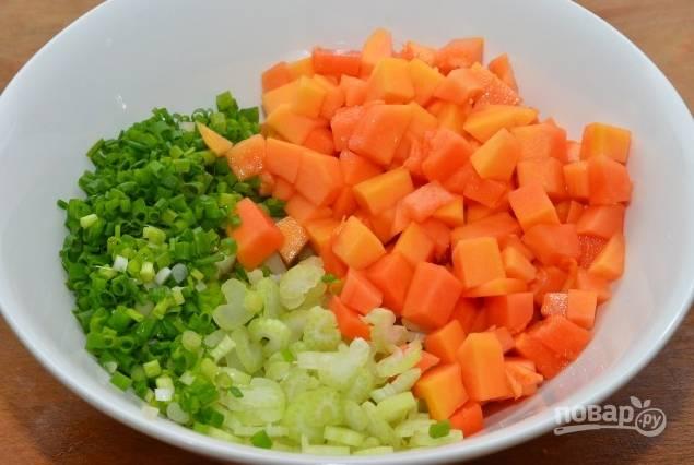 5.В салатник выкладываю папайю, сельдерей и зеленый лук.