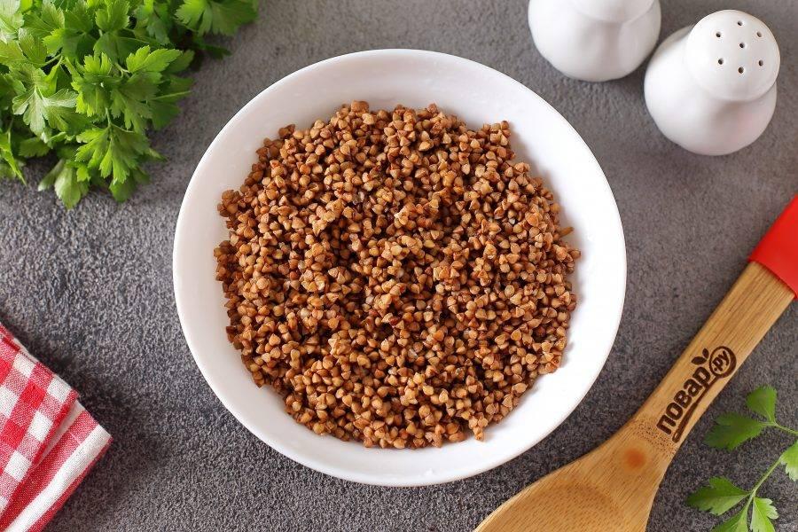 Затем добавьте промытую гречку, влейте необходимое количество воды, добавьте соль по вкусу и продолжайте варить все вместе на небольшом огне еще 20 минут.