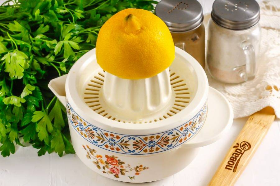 Разрежьте лимон пополам, и выжмите сок из половины лимона. Целый фрукт не используйте, так как соус может получиться очень кислым на вкус.