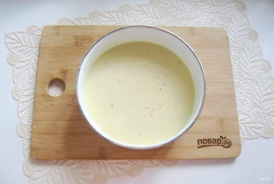 В миске соедините масло с медом и сахар с яйцами. Добавьте соду и лимонную кислоту. Поставьте миску на плиту и постоянно перемешивайте, пока смесь не вспенится.