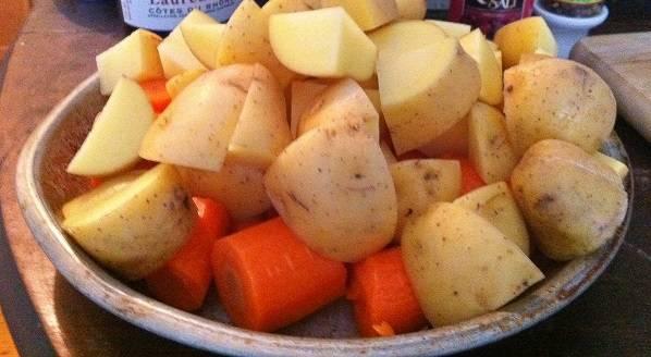5. Вымыть лук и морковь, очистить и нарезать довольно крупными кусочками.