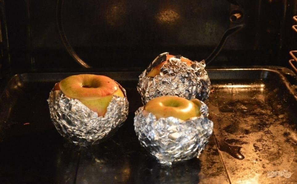 4.Выпекаю яблоки в разогретом до 200 градусов духовом шкафу около 20 минут. Если яблоки очень твердые, то внутрь каждого вливаю по чайной ложке воды.