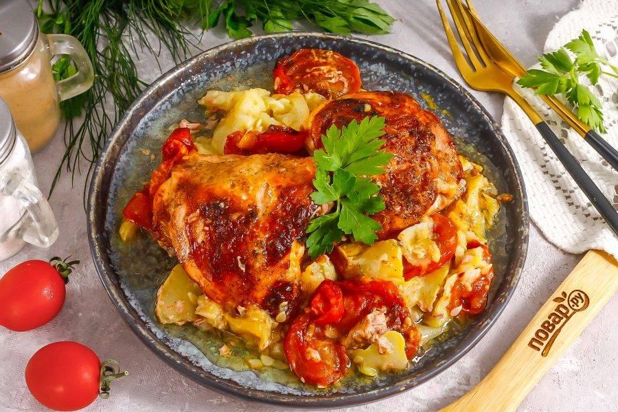 Выложите на тарелку и подайте к столу теплым. Можно дополнить нежирным йогуртом или сметаной.