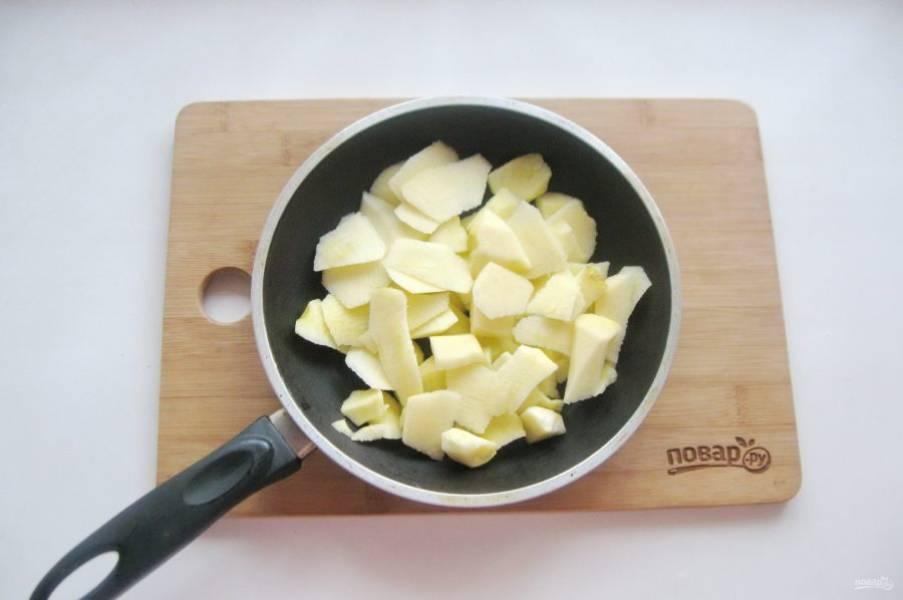 Яблоки очистите, удалите сердцевину и нарежьте кусочками. Выложите в сковороду.