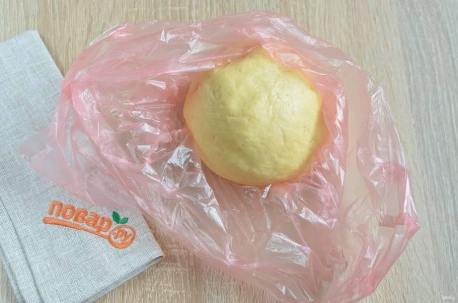 4. Замесите мягкое пластичное тесто, к рукам оно почти не липнет. Оберните пленкой или пакетом и уберите в холодильник на 30-40 минут.