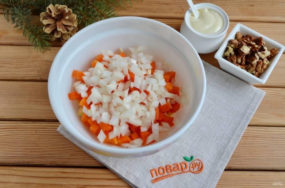 4. Порежьте лук мелко, ошпарьте его кипятком, чтобы потерял горечь, и отцедите от жидкости. Добавьте к овощам в салатник.