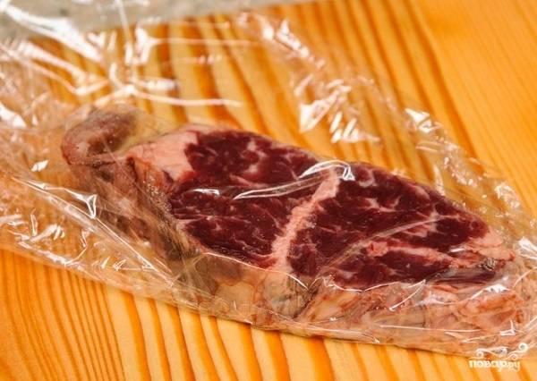 4. Теперь мясо можно убрать в холодильник на пару часов. За это время можно заняться углями.