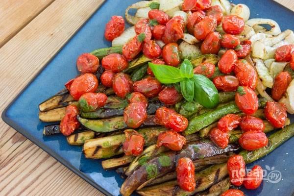 5.Выложите овощи в тарелку и полейте оставшимся маринадом, сразу подавайте блюдо к столу.