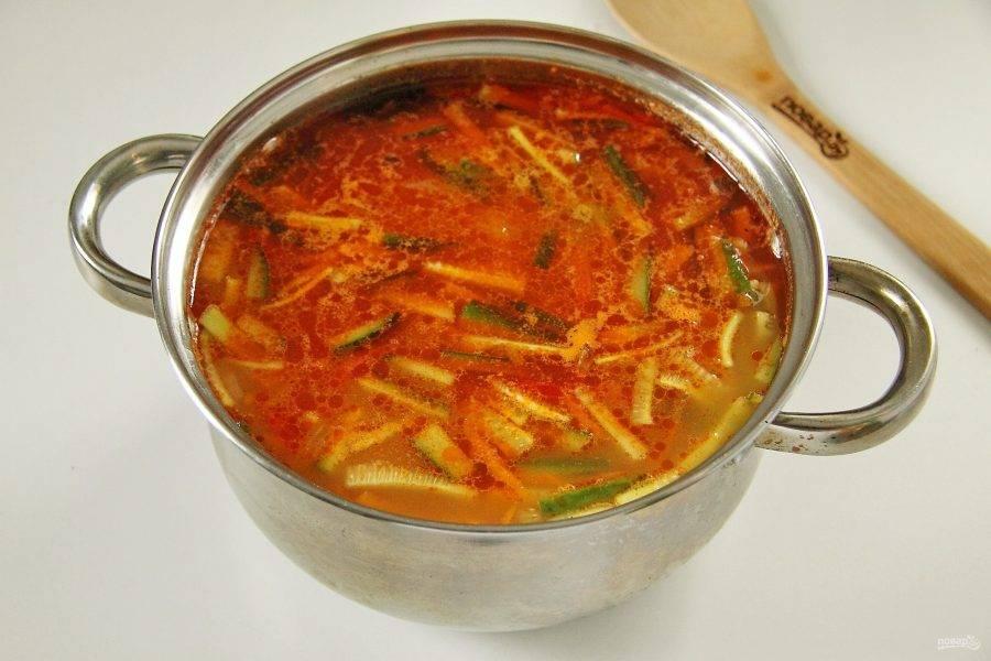 Когда перловка будет готова, добавьте в кастрюлю картофель и варите до его готовности. В самом конце добавьте зажарку из овощей и нарезанный огурец. Доведите суп до кипения и проварите пару минут.