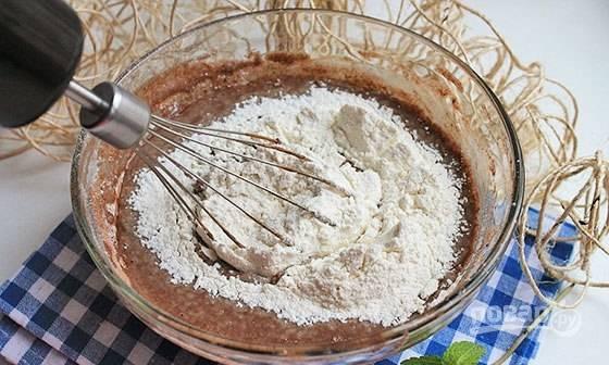 Далее просейте муку порциями и замешайте жидкое тесто.