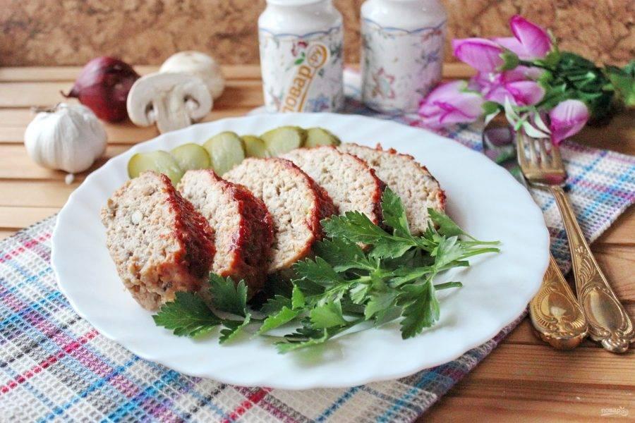 Готовый мясной хлеб нарежьте и подавайте к столу.