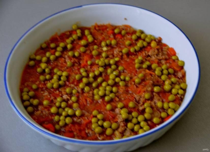 На фарш выложите консервированный зеленый горошек, если есть свежий горошек, это еще лучше.