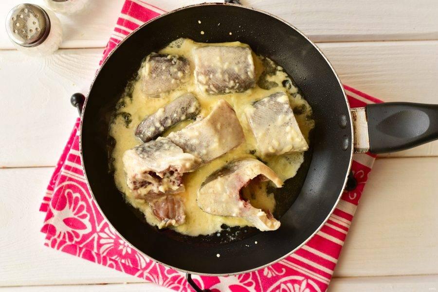 Выложите их на сковороду с разогретым растительным маслом. Жарьте рыбу до красивой золотистой корочки на умеренном огне.