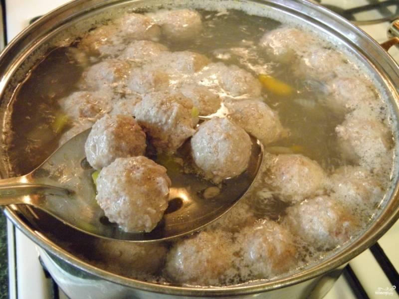В кипящий суп бросайте фрикадельки, варите не менее 15 минут. Куриные фрикадельки можно варить чуть меньше.