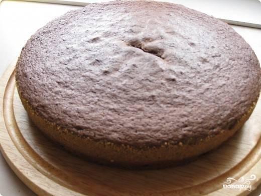 3. Круглую форму застелите пекарской бумагой, осторожно перелейте в нее полученное тесто. Выпекайте бисквит приблизительно 45 минут при 180-190 градусах. Не открывайте духовку первые полчаса выпечки, иначе бисквит осядет!