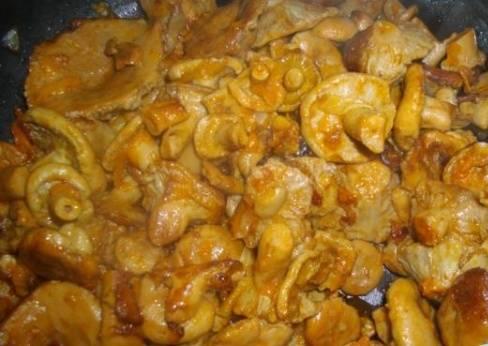 5. Вот так они выглядят в готовом виде. очень советую попробовать, поскольку волнушки в сочетании с томатной пастой отличаются удивительным вкусом.