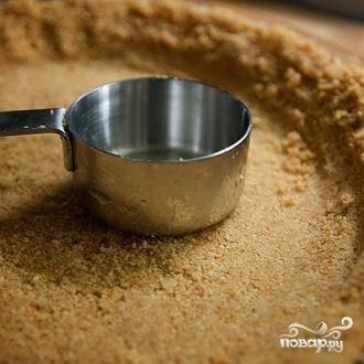3. Выложить смесь в форму для пирога и прижать к поверхности. Запекать, пока корочка не станет светло-коричневого цвета, примерно от 12 до 14 минут. Выложить корочку на решетку и дать остыть.