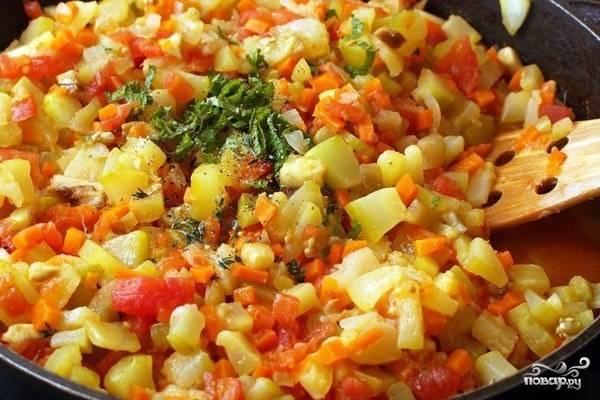 После того как овощи будут почти готовы, добавьте к ним нашинкованную зелень и продавленный через пресс чеснок. Еще раз перемешайте и добавьте майонез. Готовьте икру еще 10 минут на маленьком огне. После того как кабачковая икра с морковкой и майонезом будет готова, дайте ей остыть.
