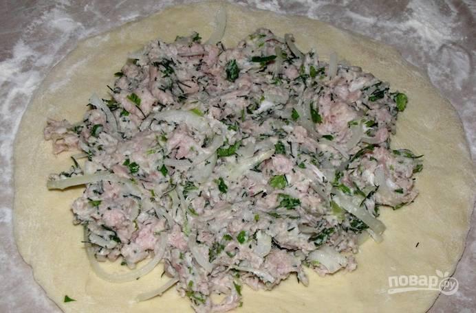 3. Теперь достанем тесто, раскатаем. Выложим на него начинку и залепим края к центру.