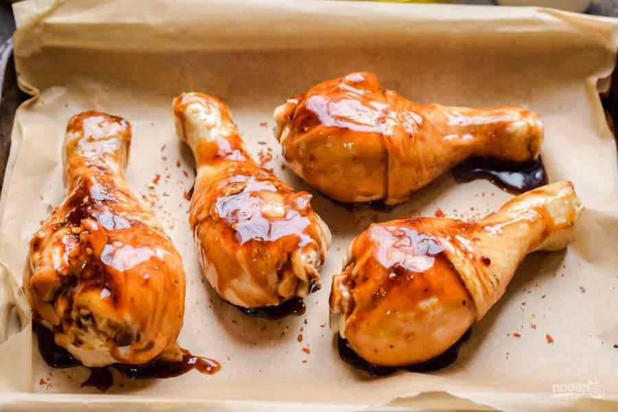 Смажьте курицу соусом терияки, готовьте в духовке при температуре 180 градусов в течение 30 минут. Каждые 6-7 минут смазывайте курицу соусом. Спустя время аппетитные ножки посыпьте кунжутом и подавайте к столу.