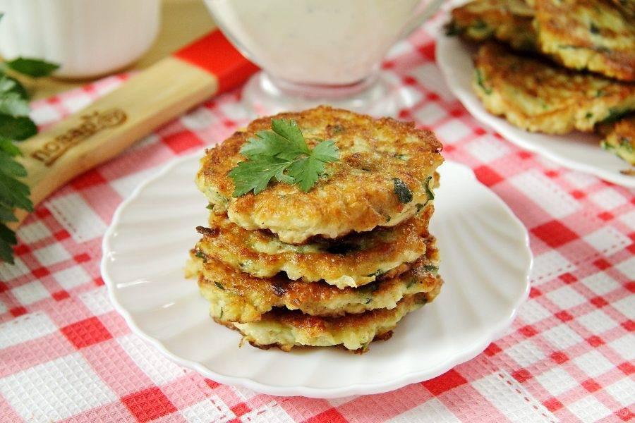 Оладьи из кабачков с овсяными хлопьями готовы. Рекомендую подавать их со сметаной или майонезно-чесночным соусом. Приятного аппетита!