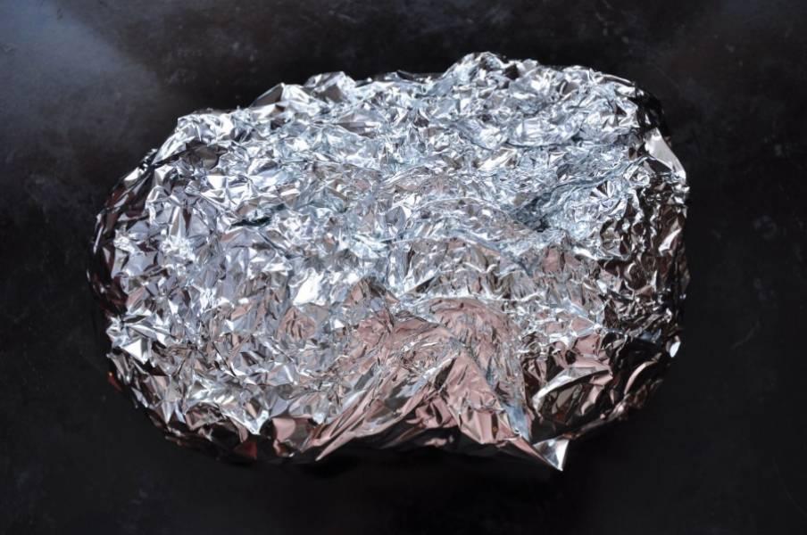 2. Далее обильно натираем смесью из горчицы и перетертого чеснока и заворачиваем в фольгу. Выпекаем около часа в раскаленной духовке. В самом конце верхний слой фольги снимем, чтобы мясо подрумянилось.