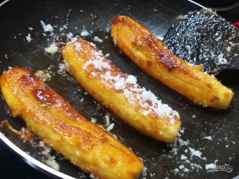 4. Готовые бананы посыпьте кокосовой стружкой, наслаждайтесь легким десертом.