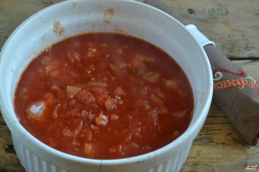 Залейте соусом, после чего с момента закипания тушите 25-30 минут. Обязательно прикройте крышкой, чтобы они хорошо приготовились, а подливка не выкипела.