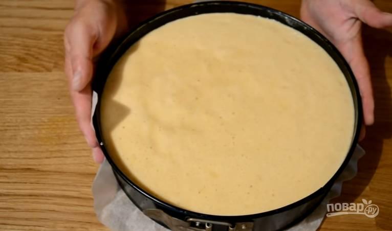 """8.Выливаем тесто в форму с яблоками, распределяем его, чтобы тесто """"проникло"""" между яблоками."""