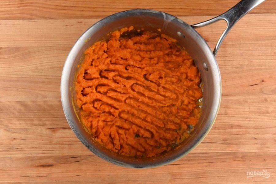 4. После этого вскипятите около 2-х литров воды. Добавьте в неё морковь. Варите овощи 13 минут до мягкости. Потом слейте воду. Добавьте 1 ст. ложку сливок и немного масла, а также соль и перец. Превратите ингредиенты в пюре.
