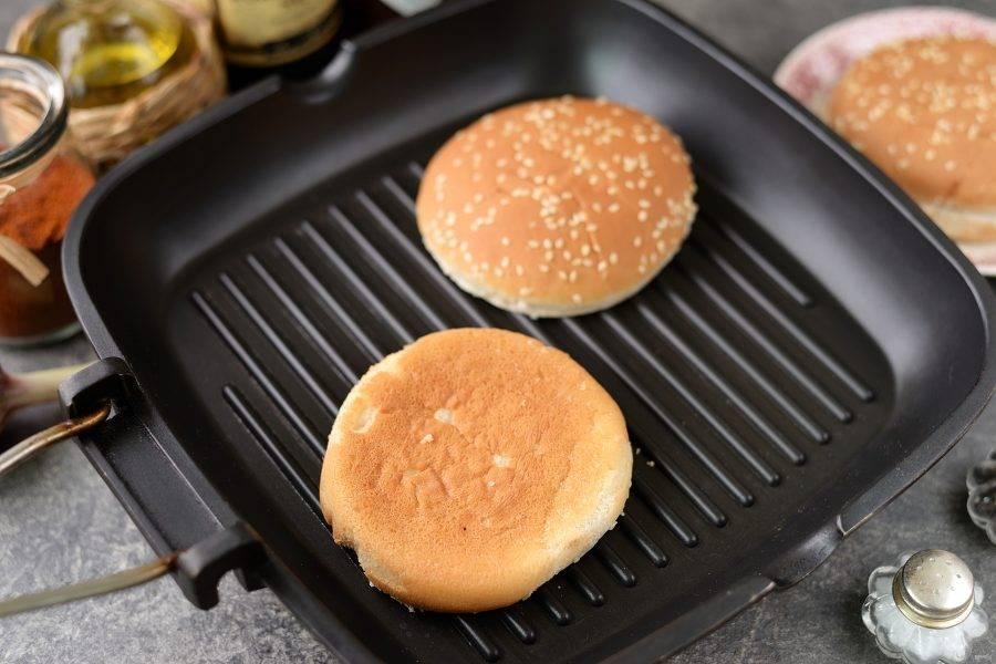 А пока разрежьте булочки и подогрейте их на сковороде гриль. Булочки, кстати, можно смазать сливочным маслом.