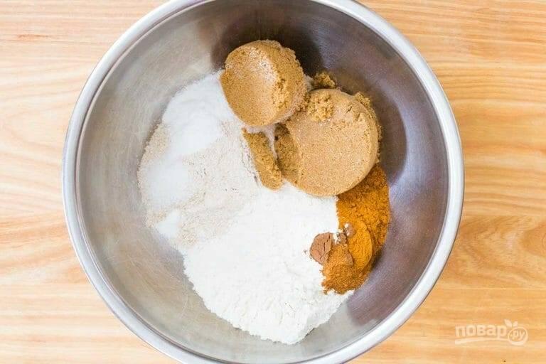1.Смешайте в миске оба вида муки, щепотку душистого перца, сахар, соль, пищевую соду, разрыхлитель, корицу и мускатный орех.