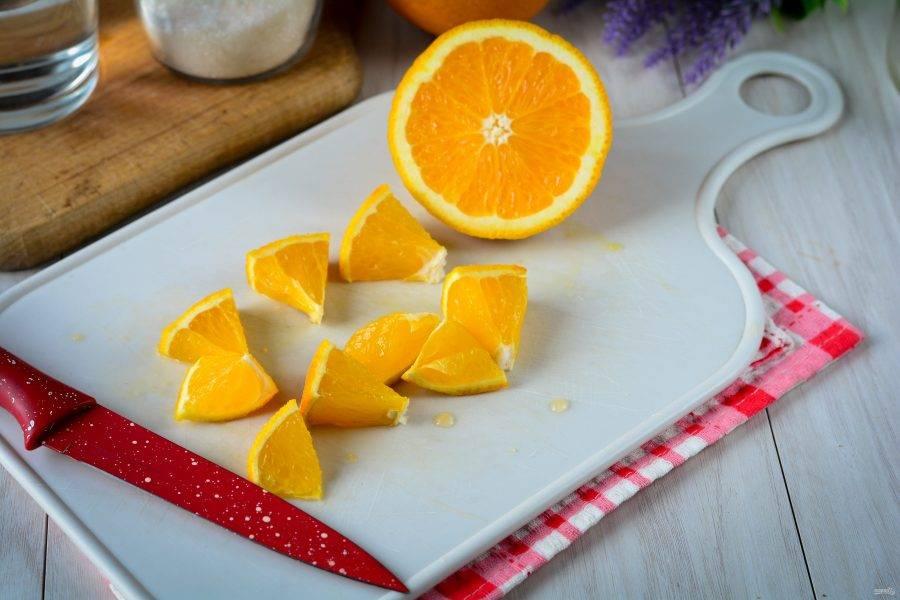 Вымойте апельсины и нарежьте средними кусочками.