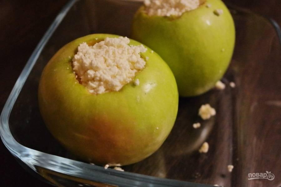 В яблоко насыпаем немного корицы и начиняем творогом, слегка утрамбовывая, но не слишком плотно.